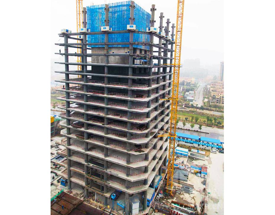 金茂广场南北塔外框钢结构施工中